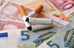 Geldscheine und Zigaretten